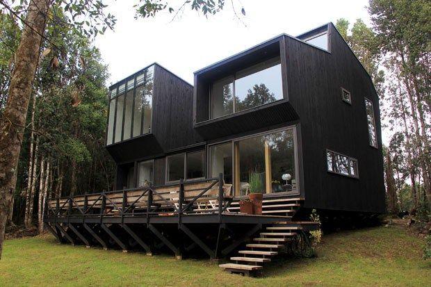 maison en bois noir