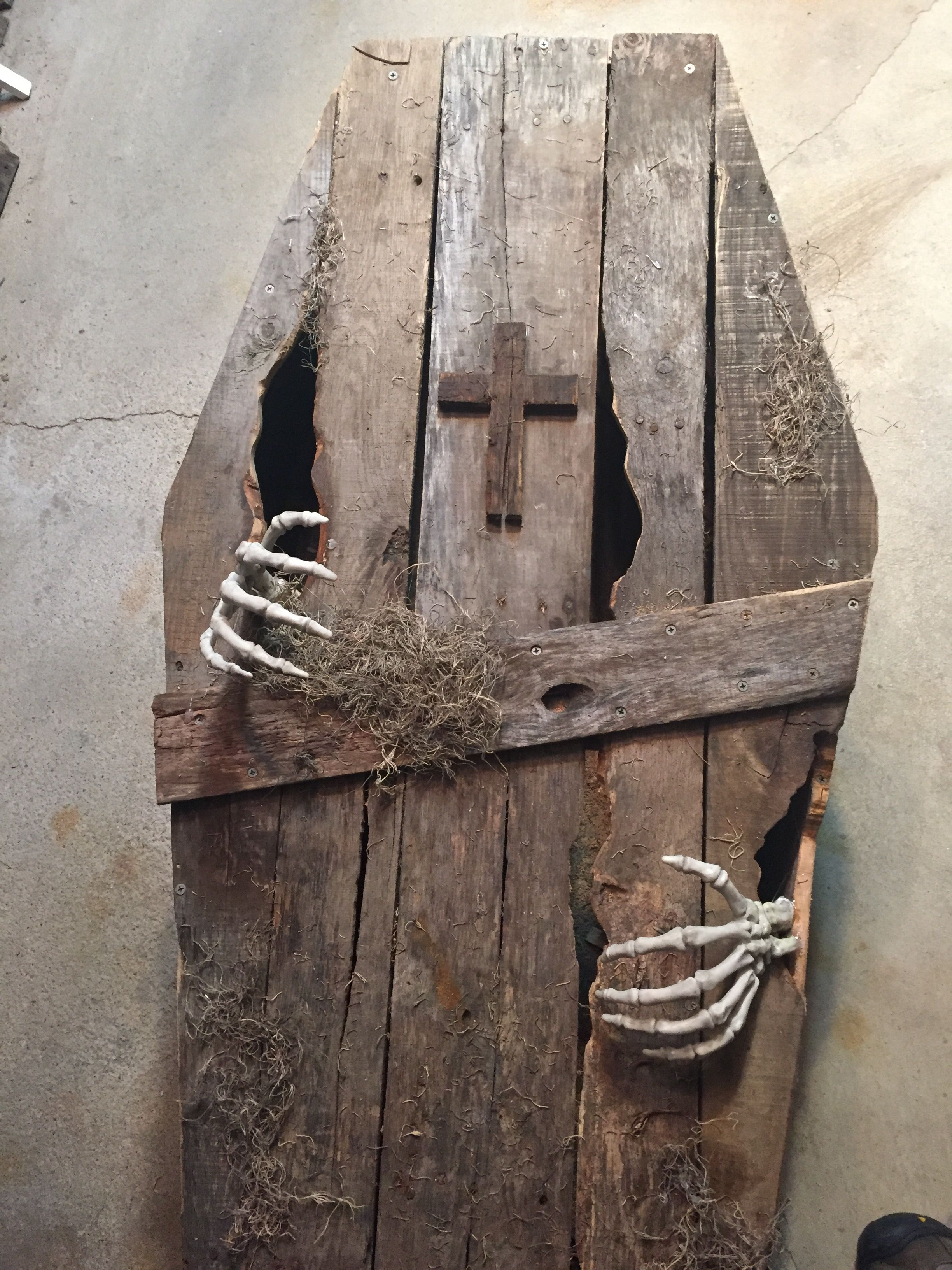 Toe Pincher Coffin from old pallets Halloween DIY Yard Decorations - halloween graveyard decorations