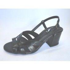 Sandália em couro. La Vile Calçados em couro legítimo. Calçados que produzimos através de encomendas do nº 30 ao nº 33 www.lavile.com.br