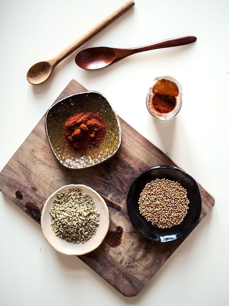 Suola, mustapippuri... ja sitten se jokin kolmas, jota laitetaan jokaiseen ruokaan.  Kutakuinkin tuollainen on monen kotikokin maustamisrutiini. Siinä ei ole sinänsä mitään vikaa - kun käyttää hyviä raaka-aineita, suola ja pippurikin riittävät.  Mutta opettelemalla oikeasti maustamaan ruokaa, avautuu keittiössä kokonaisia maailmoja. Muistan kun vuosia sitten kävin ensimmäistä kertaa Marokossa maustebasaarissa ja näin, miltä mausteet näyttävät - - kardemumman kodat, muskottipähkinät…