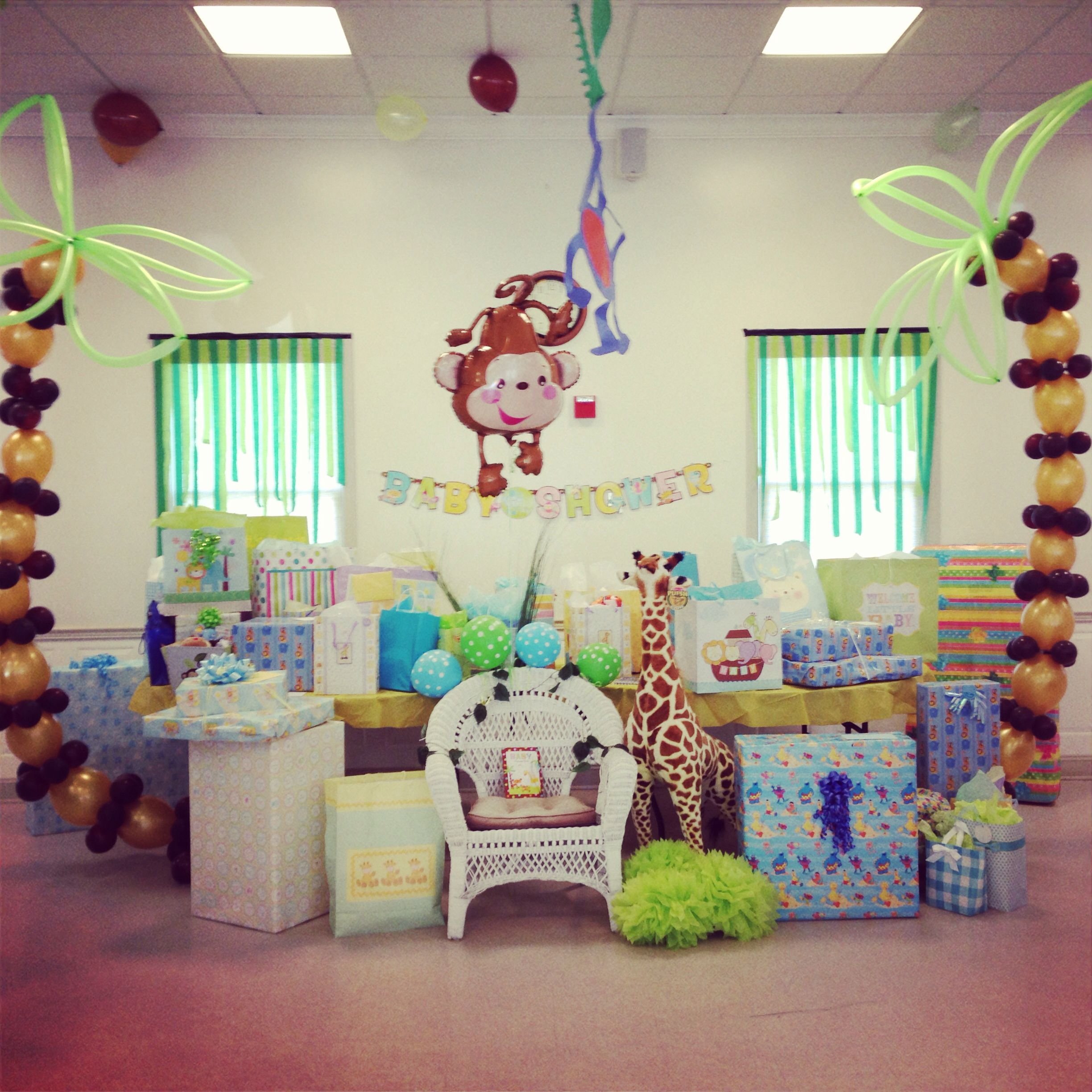 Gift table jungle themed baby shower sisters baby shower for Baby shower safari decoration