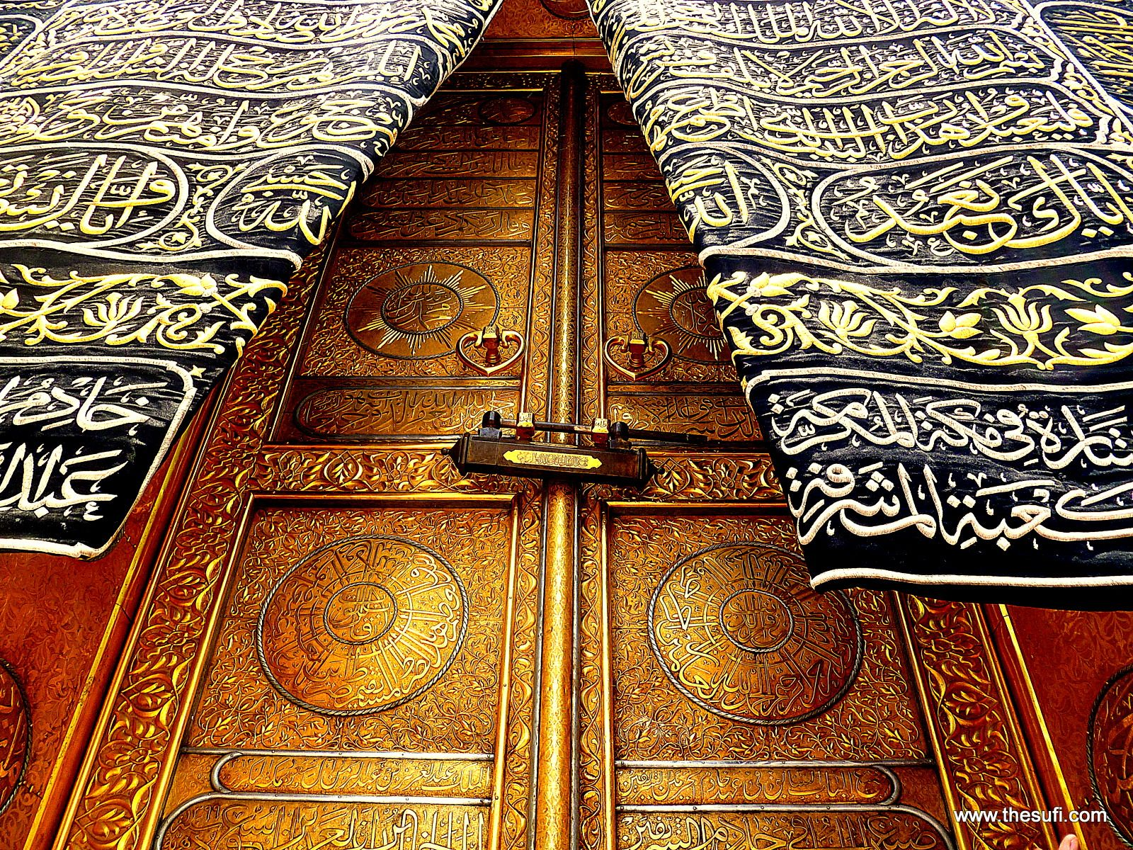 Kaaba The Building Located Inside The Grand Mosque Of Mecca Is Known As The Holiest Place Of Islam The Gigantic Mosque Al Masj Kaba Makkah Masjid Al Haram