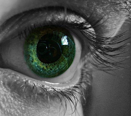 Ik ben dol op groene ogen! Echt, ik ben zelfs een keer van mijn fiets afgevallen omdat een jongen zulke mooie ogen had, hihi.