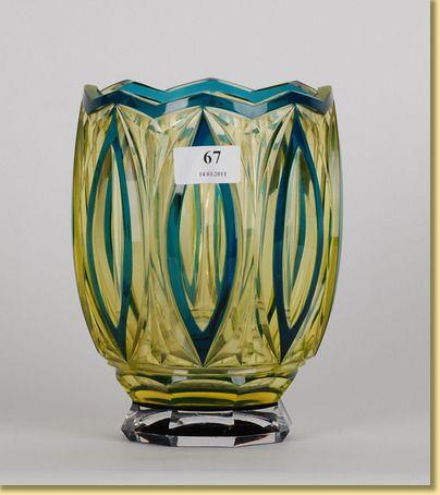 Val Saint Lambert Vase 'Leonard de Vinci' - Cristal urane doublé bleu-pétrole, soufflé et taillé par J.Simon.Répertorié S387, vers 1928.Hauteur : 20,5 cm , Diamètre du col : 14,5 cm, Diamètre de la base :10 cm , Circonférence :51 cm , Poids : 2890 g. Catalogue VSL 1926 Supplément 1926-1929 p.41 n°7