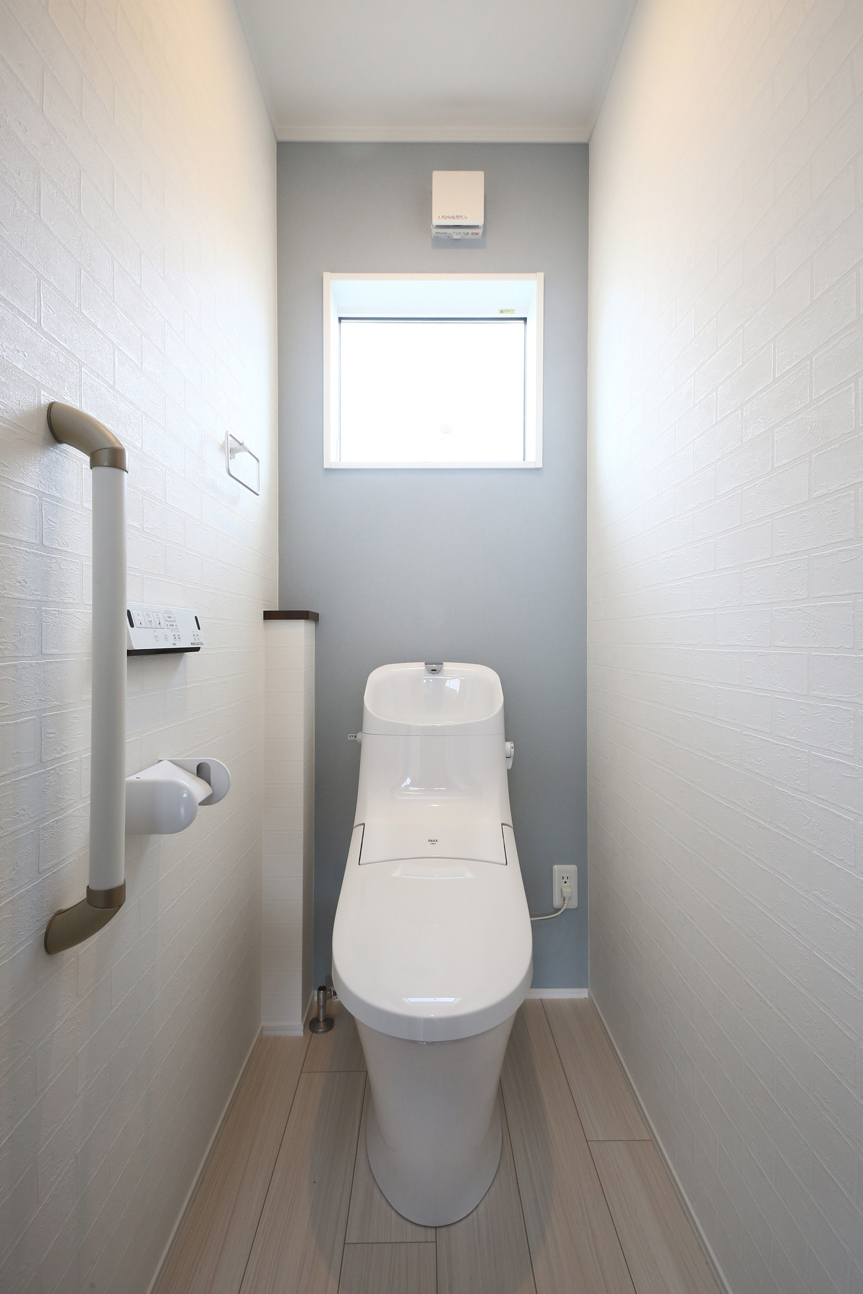 白のレンガ調クロスに水色のアクセントがかわいいトイレ トイレ おしゃれ トイレのデザイン トイレ 壁紙