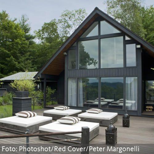 Gro e terrasse mit sitzm glichkeiten vor modernem haus mit for Nurdachhaus bauen