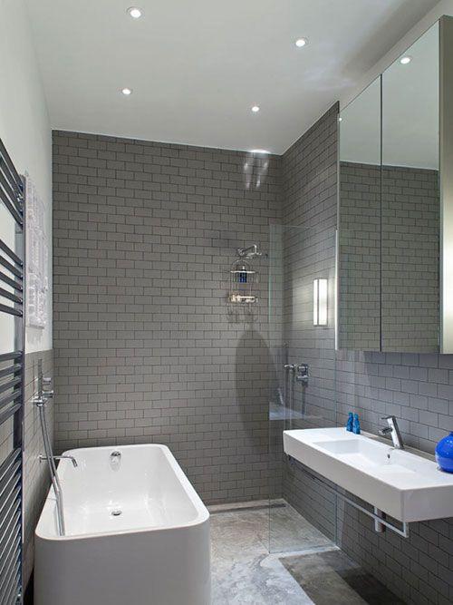 Badkamer met betonnen vloer en grijze wandtegels - bathroom ...