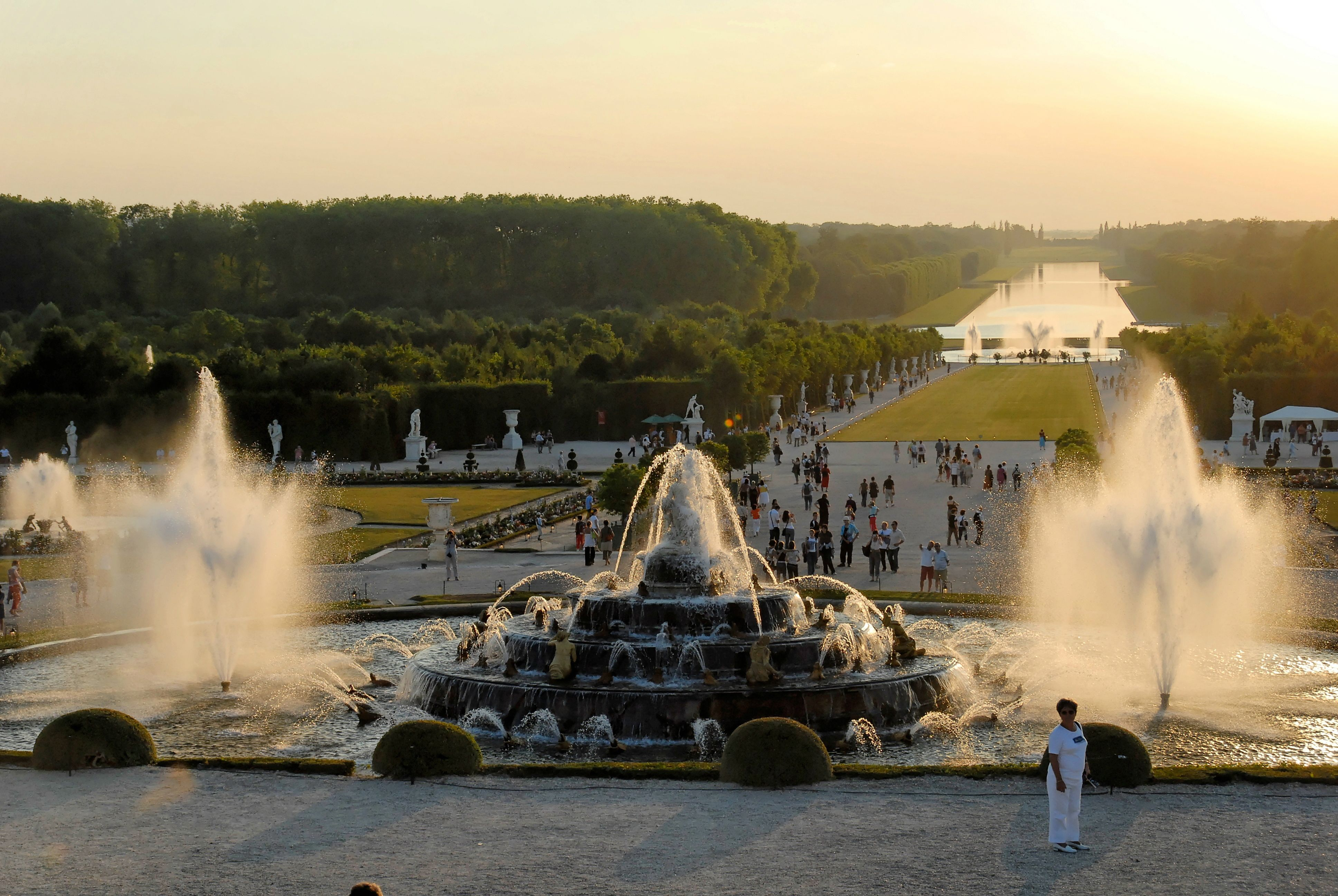the magnificent spectacle of the musical fountains show  versailles  palace  france