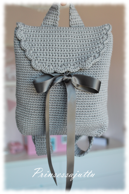 Cute little backpack made by prinsessajuttu. Basic instructions. in Finnish. ༺✿Teresa Restegui http://www.pinterest.com/teretegui/✿༻