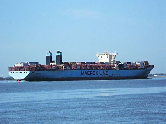 Maersk Line!... . (24x Zoom) . #maerskline #maersk #transportation #transport #ship #ships #line #blue #travel #tech #industry #sky #hamburg #hamburghafen #portofhamburg #elbe #river #sea #travelphotography #photography #hamburgcity #hamburgliebe #zoom #nordic #nordsee #schiff #boat #germany #europe