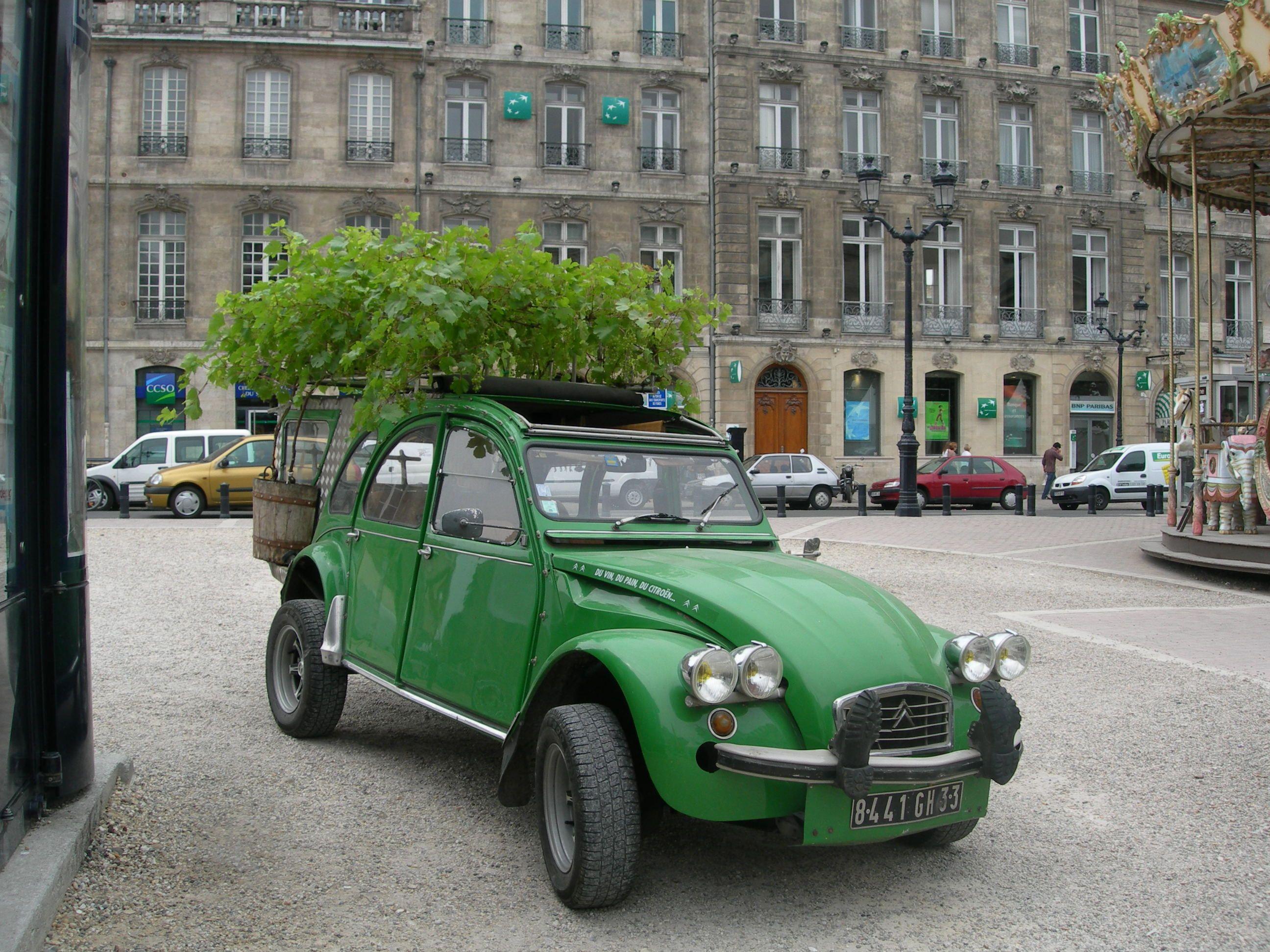 Green roof car - - Green Citroen 2cv in Bordeaux at the Fete du Vin ...