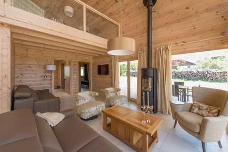 Chalets 4 Et 5etoiles Sauna Balneo 1km Lac Chalain Jura Sur Www Meublesdetourisme Com Interieur Bois Poele A Bois Logement Gite Chalet