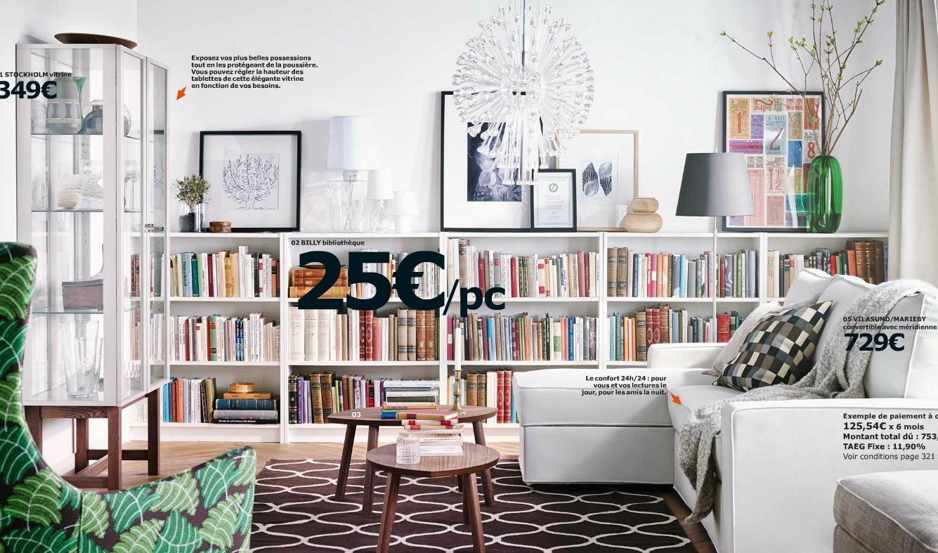 J'aime bien l'idée de cadres au dessus d'une biblio dans le salon