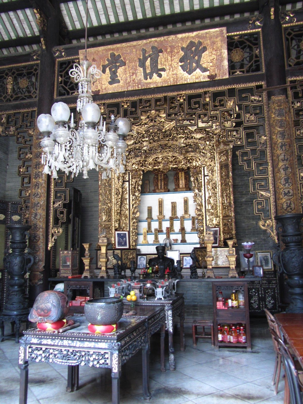 Chinese Ancestor Altar Hall Where The Names Of Ancestors Were Put On Plaques Like An Altar Chinese Architecture Chinese Interior China Architecture