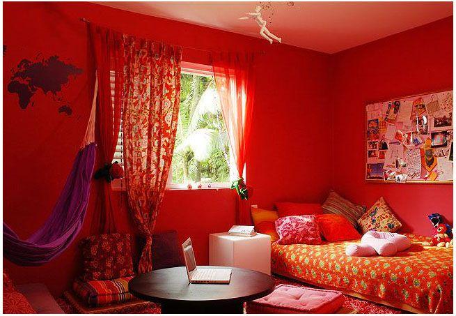 Em forma de mapa-múndi, o adesivo complementa a decoração do quarto.