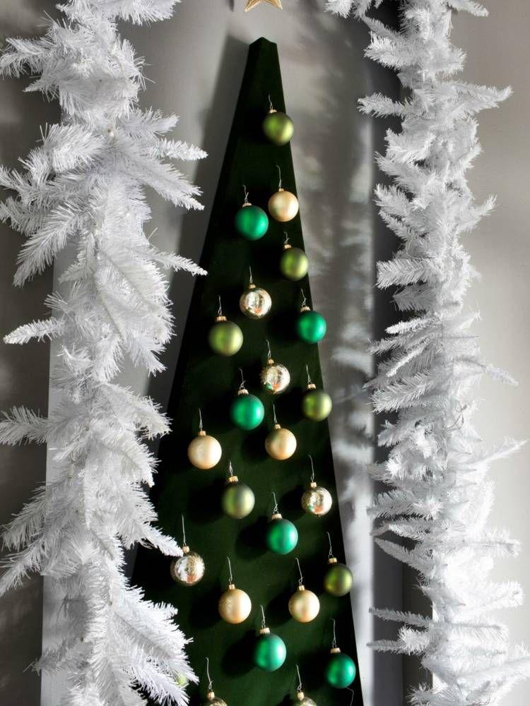 Moderne Weihnachtsdeko In Form Eines Kunstlichen Tannenbaums Fur Die