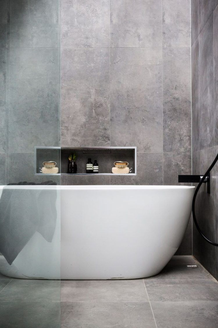 Minimalistische Badgestaltung   Freistehende Badewanne Und Fliesen In Grau