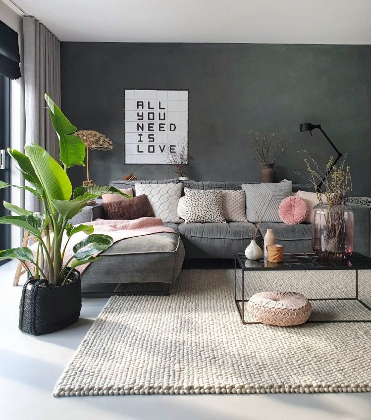 Photo of voorjaar in huis –  strelitzia, roze kussens, zwarte muur, loungebank, hay paes, vloerkleed, ixxi, quote field, all you n – #diyhomecrafts #diyhomeonabudget #huis #Livingroomdecor