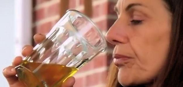 Mulher bebe urina