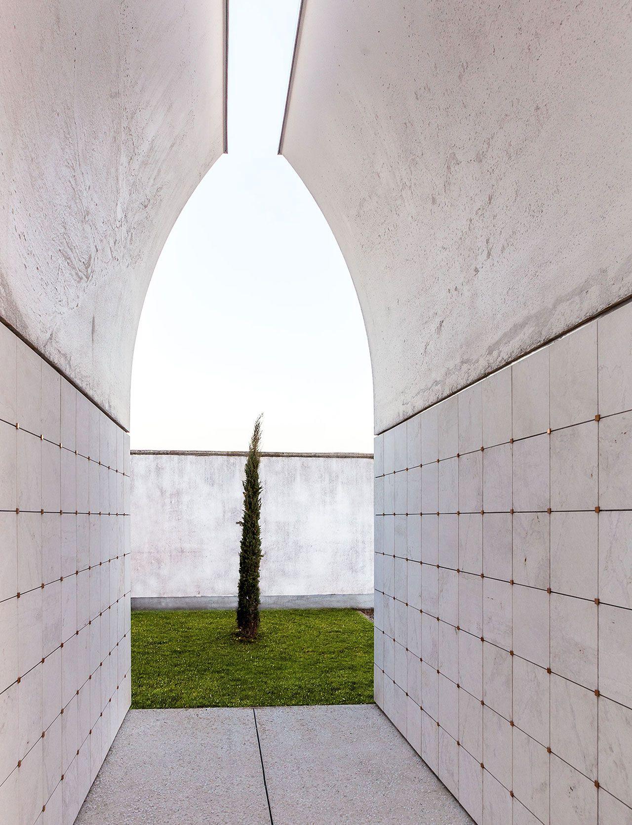 Architetti A Bergamo sombre concrete: dalmine cemetery pavilion by cn10