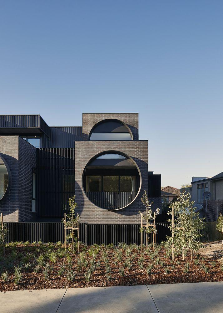 Runde Fenster große runde fenster schwarze klinkerfassade vorgarten architektur