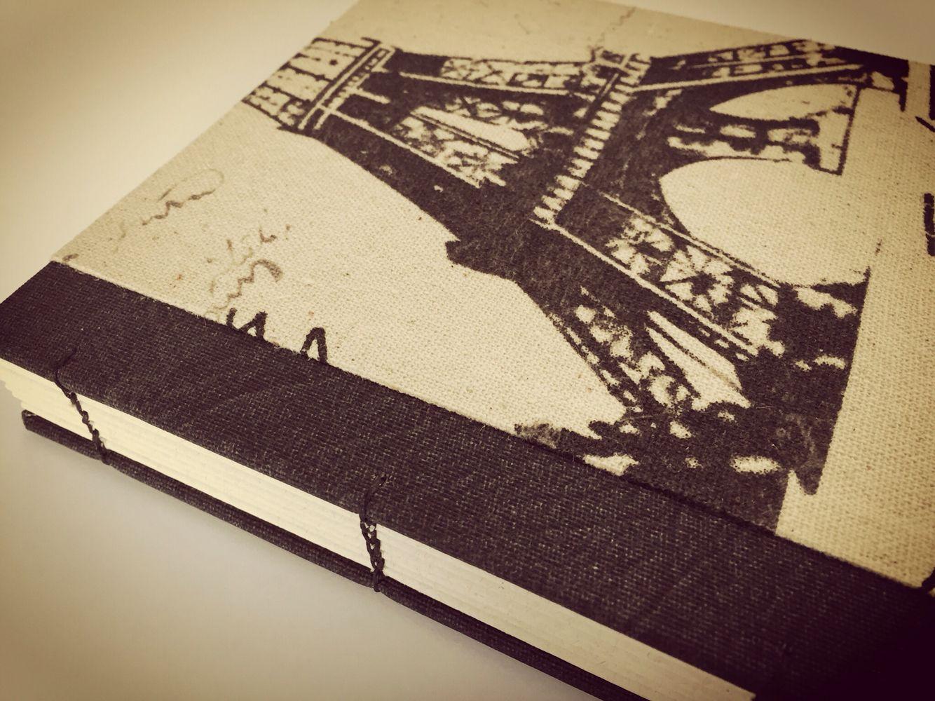 Caderno com aquele tema que a gente ama!!!  #presentepersonalizado #bookbinding #linen #linho #encadernação #paris #eiffeltower
