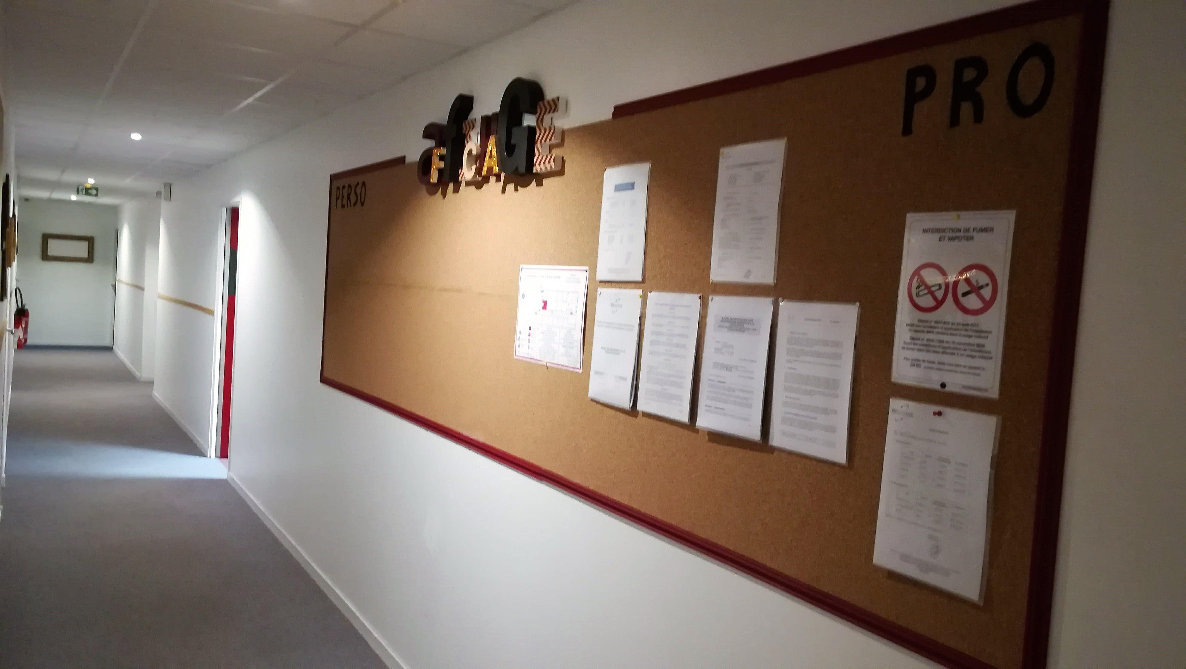 Tableau D Affichage Vitré couloir d'entreprise après embellissement : création d'un