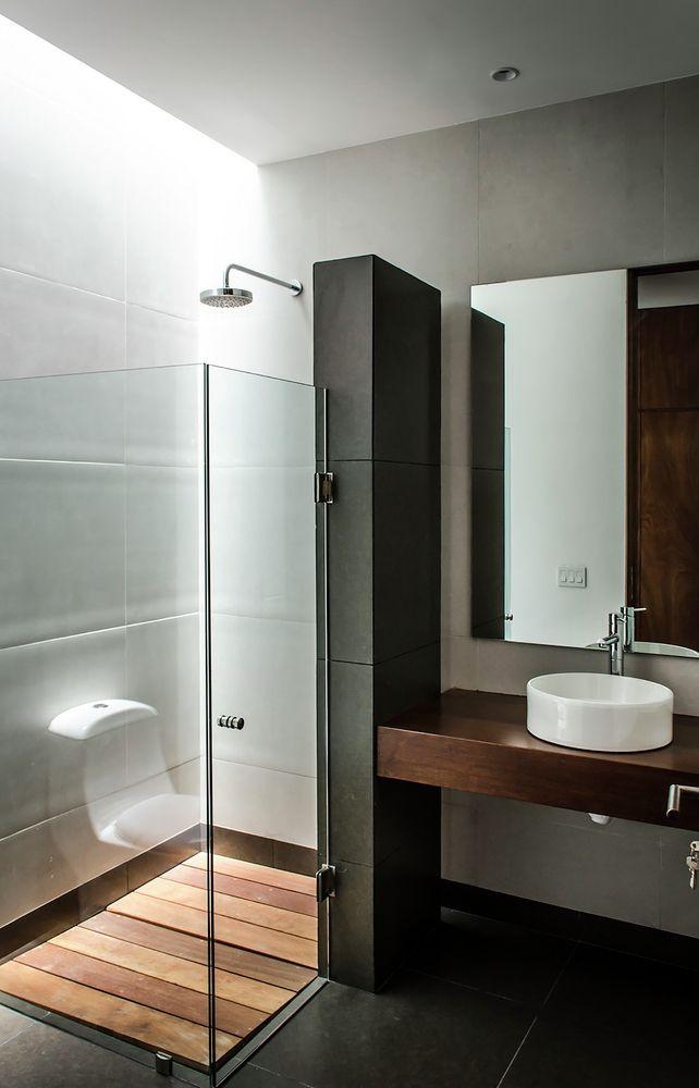 Salle de bains contemporaine avec douche et vasque à poser pour un ...
