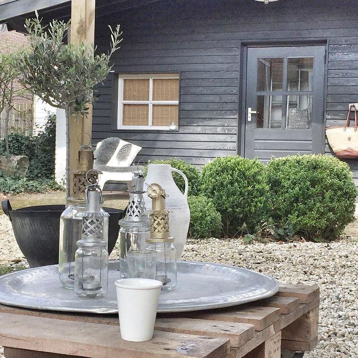 Schöne Schüssel hinaus dem Gartentisch mit Kerzen und dgl