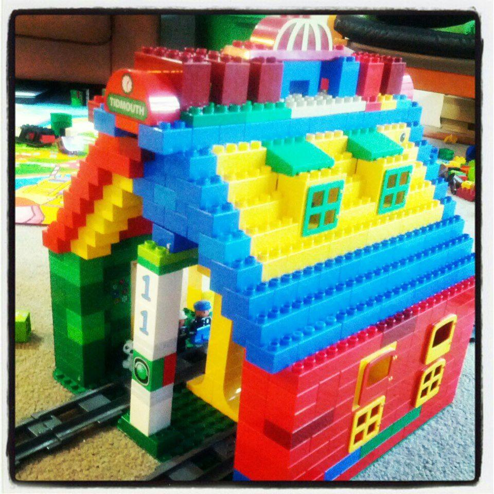 Hier siehst du einen bahnhof aus lego duplo der uns von - Lego duplo ideen ...