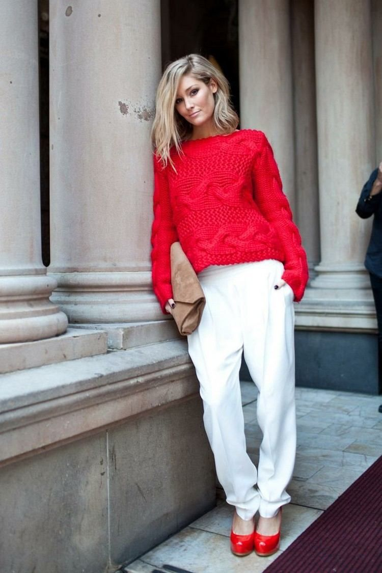 roter Pullover, weiße Hose und rote Pumps | Roter pullover