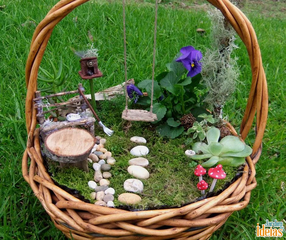 Sabe aqueles cestos que você ganha recheado de presentes? Você pode reaproveitá-los para construir minijardins. Coloque uma lona preta no fundo do cesto e faça a grama com musgos (briófitas). Use miniaturas e pequenas pedras para deixá-lo ainda mais charmoso!