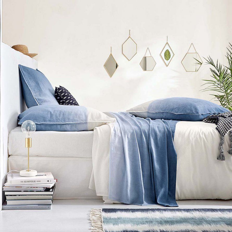 Parure de lit tie and dye coloris bleu jean dans une chambre toute ...