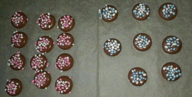Ronde chocolaatjes, heel even de fohn er boven houden en de muisjes er oppakken. Super simpel maar heel leuk!!!