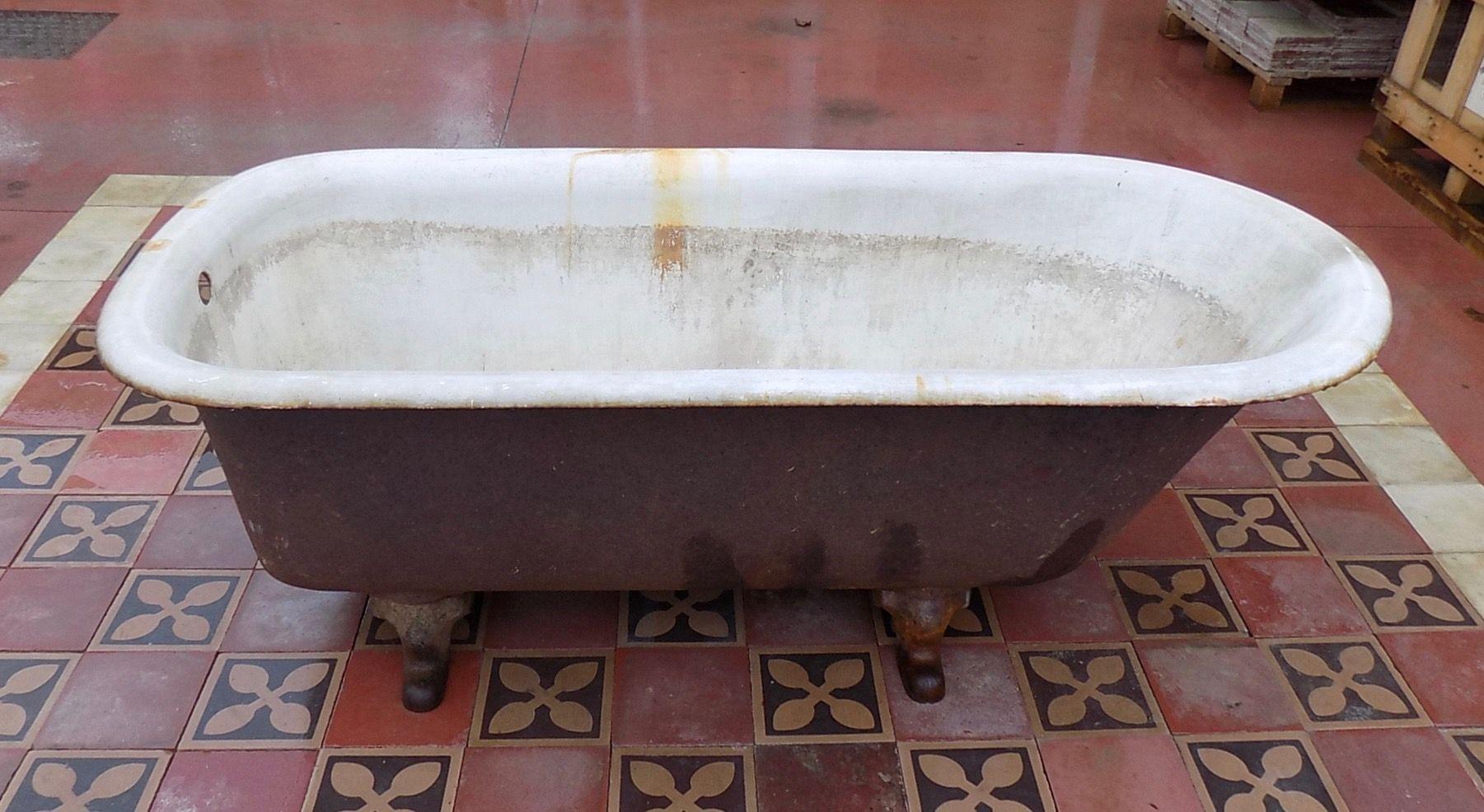 Vasca Da Bagno Piccola Con Piedini : Vasca da bagno in ghisa vecchia di recupero con i suoi piedini