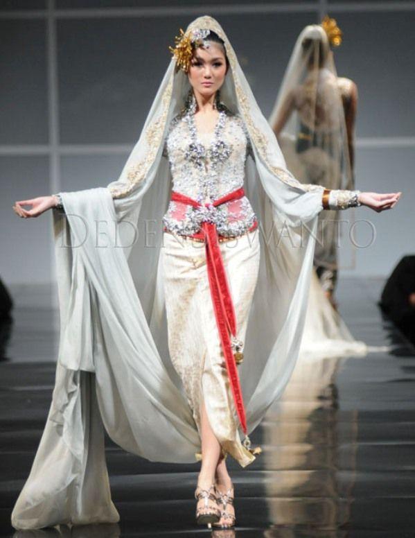 Indonesian Woman in Sarong | Indonesian Kebaya Wedding Dress ...