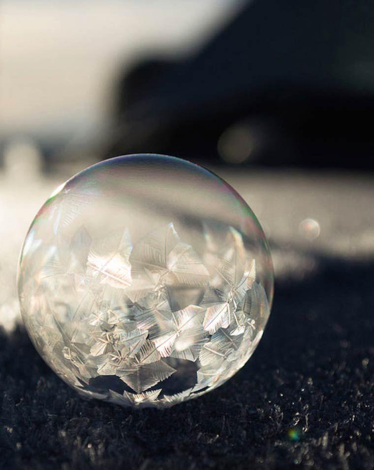 De magnifiques photographies de bulles de savon gelées, comme des oeuvres d'art éphémères et délicates, capturées par la photographe américaine Angela K