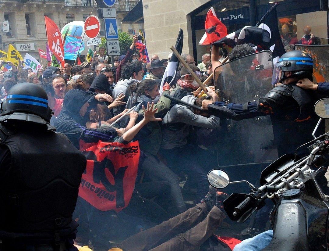 Caos em Paris - No oitavo dia de mobilização a polícia francesa enfrentou encapuzados durante um grande protesto contra a reforma trabalhista em Paris depois que alguns manifestantes começaram a quebrar vitrines e danificar veículos em sua passagem.  Uma pessoa ficou seriamente ferida segundo a polícia. Foram detidas 32 pessoas em Paris 62 em toda a França. Foto: GEORGES GOBET/ AFP Paris #protestos #reformatrabalhista #protestos - Toque no link do perfil para saber mais by emimagem
