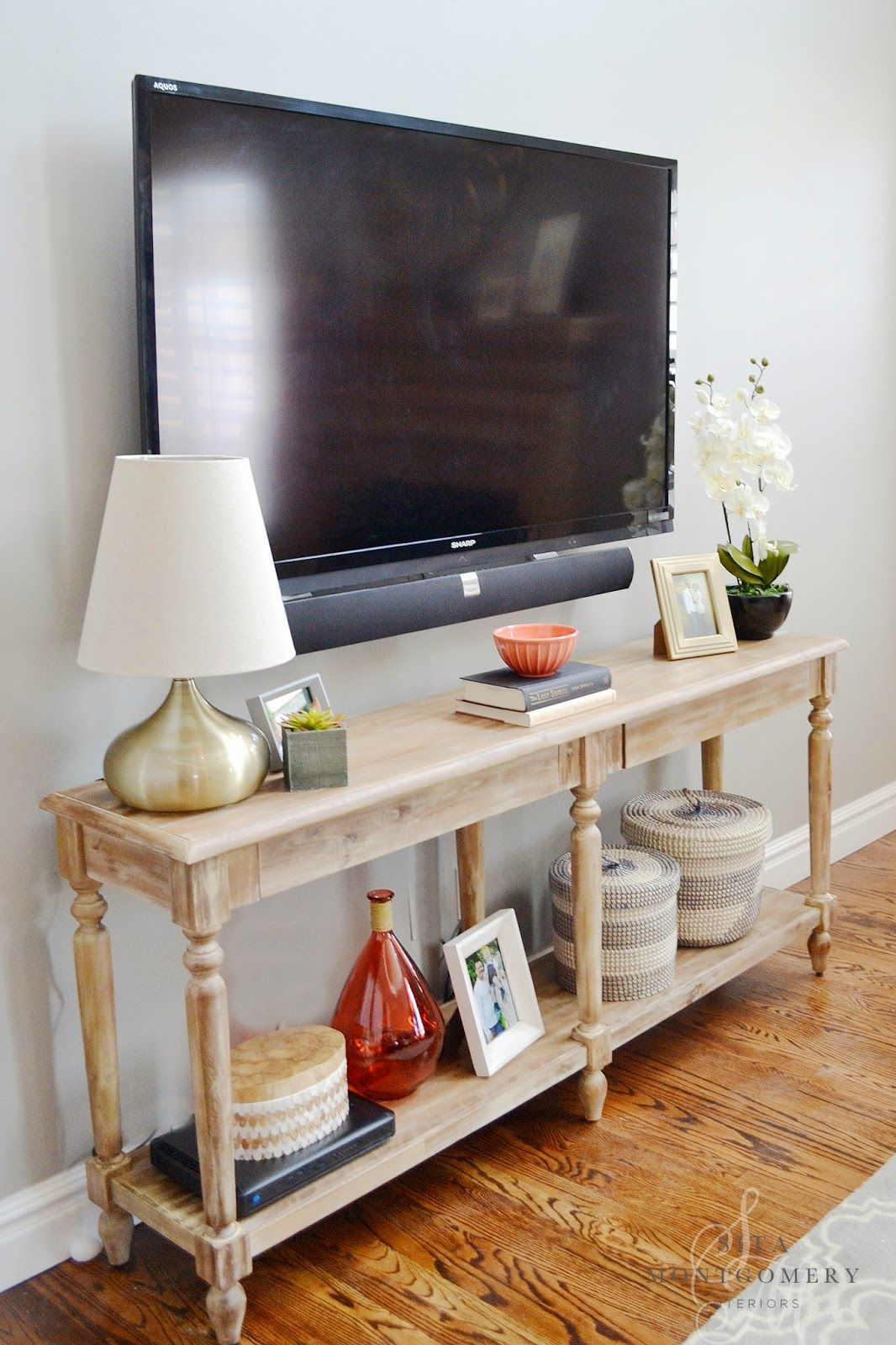I like the use of this console table as the tv stand for Decoration 75019