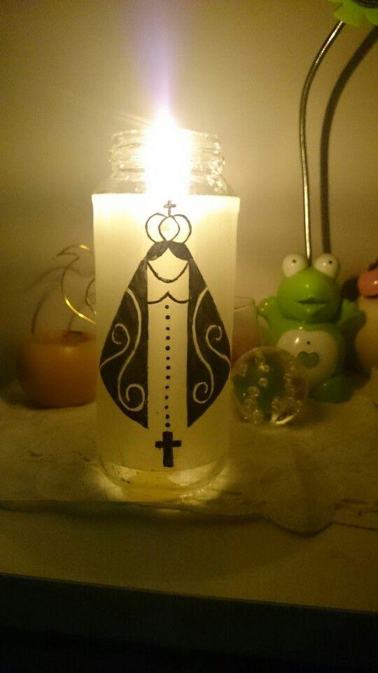 Feita de vidro de azeitona, papel vegetal e tinta, e com a vela dentro se tem uma luminária. Se cortar o fundo do vidro e colocar a vela na tampa, pode assim trocar a vela.