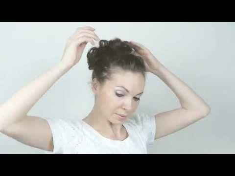 Chignon de soirée romantique pour cheveux frisés ou