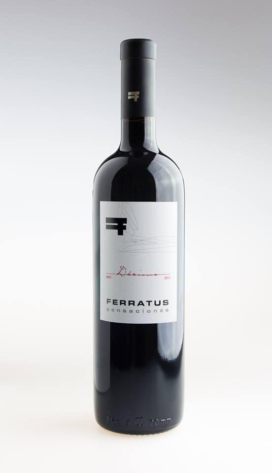 """Ferratus Sensaciones Décimo (2003-2013) En nariz están presentes las frutas negras y rojas (guinda, cereza), con toques de cacao, chocolate, toffee y tabaco, y posee un punto de mineralidad que le da complejidad, elegancia e intensidad. En la boca es aterciopelado, con un posgusto prolongado, que confirma lo que se intuye en aromas. """"Es un vino especial, que combina a la perfección con todo tipo de carnes y pescados, pero que es ideal para tomarlo sin otro acompañamiento"""