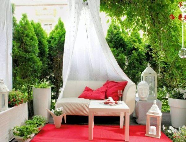balkon ideen himmelsofa skulptur roter teppich weiße möbel - gartenmobel selber bauen anleitung