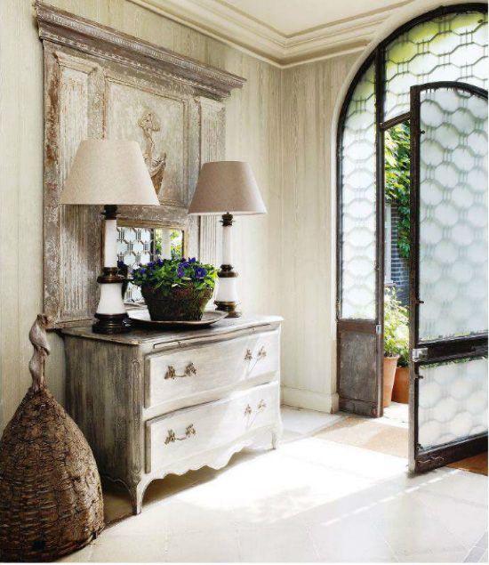 Decorar el recibidor con muebles antiguos comoda decapada y lamparas antiguas entryways mud - Comoda recibidor ...
