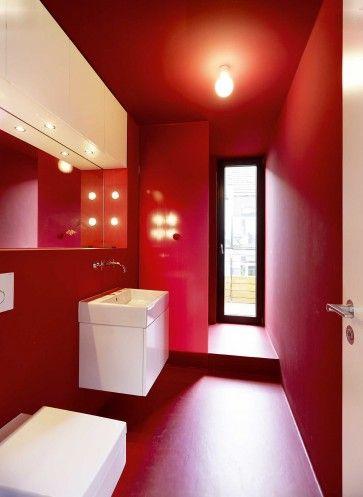 Das Bad Darf Rot Und Etwas Breiter Sein; Eine Schmale Tür Führt Zur Zweiten  Dachterrasse