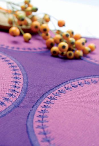 The extra-large stitch plate has seam markings to the left and the right of the needle to guarantee the right spacing and perfect sewing results. With 37 different needle positions available for straight stitch, you can sew every stitch exactly where you want it.