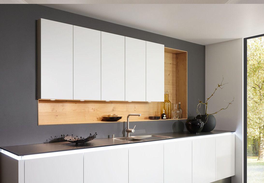 Compacte moderne keuken met verlichting onder keukenblad van ...