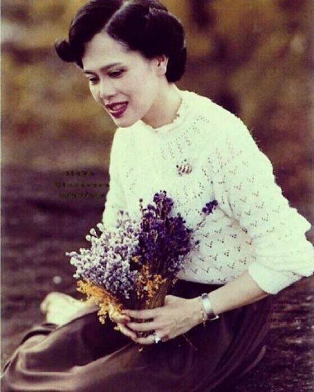 ราชินี: น่ารักจริงๆ ในหลวงทรงหยอกพระราชินี ขณะทอดพระเนตรเห็นดอกไม้