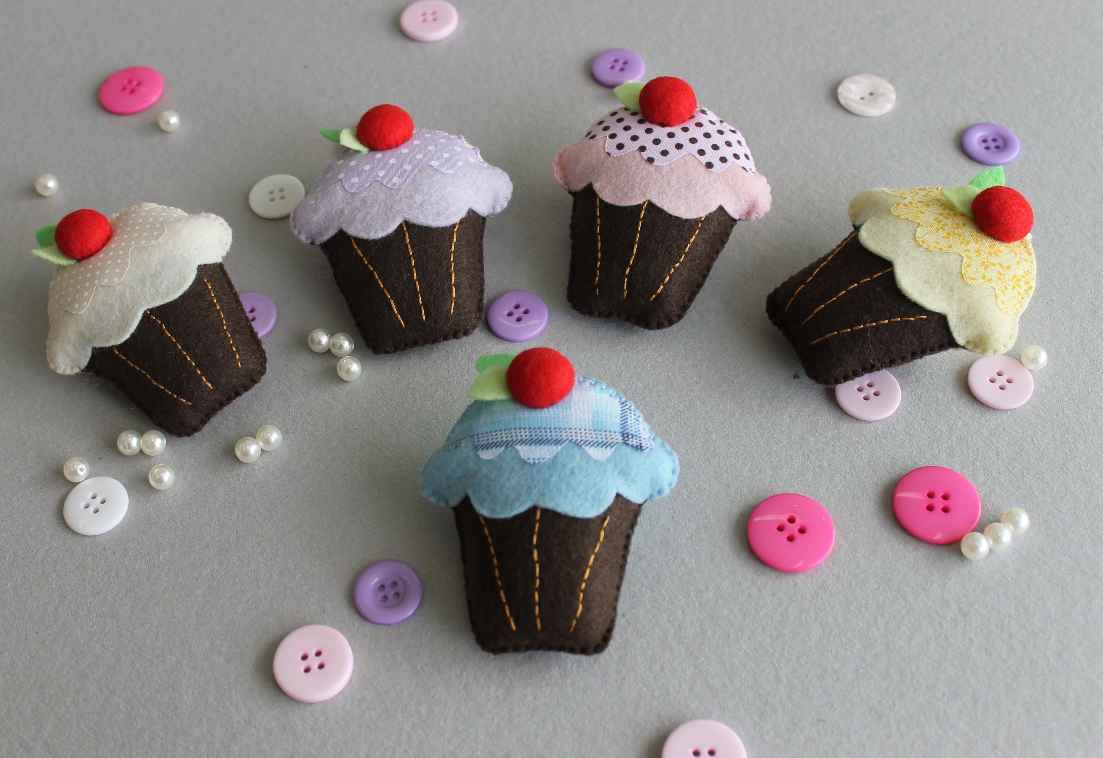 Cupcake de feltro. ateliesonhosepanos@hotmail.com