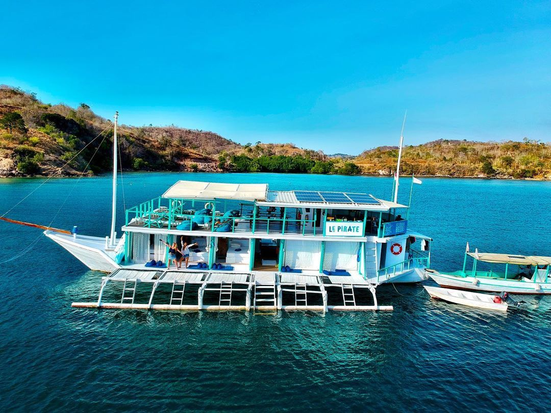 Our home for the next few days 💦🌍🏝 #komodo #boatel #lepirate #piratelife #labuanbajo #indonesia #islands #islandhopping #drone #dronephotography #dronevideo #dronestagram #travel #travelblogger #travelphotography #travelgram #love #life #livingthedream #livingmybestlife #cruising #bff #besties #flores